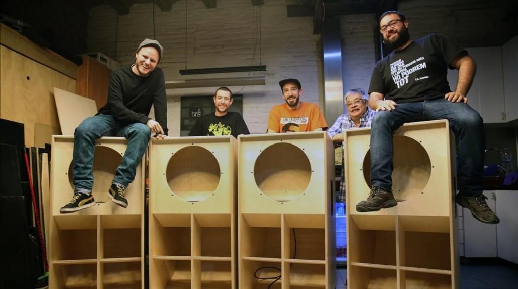 BARCELONA 05 04 2016 Barcelona Barceloneando de miercoles para jueves unos jovenes estan construyendo un soundsystem o superequipo de sonido al estilo jamaicano en Poble Sec FOTO de RICARD CUGAT